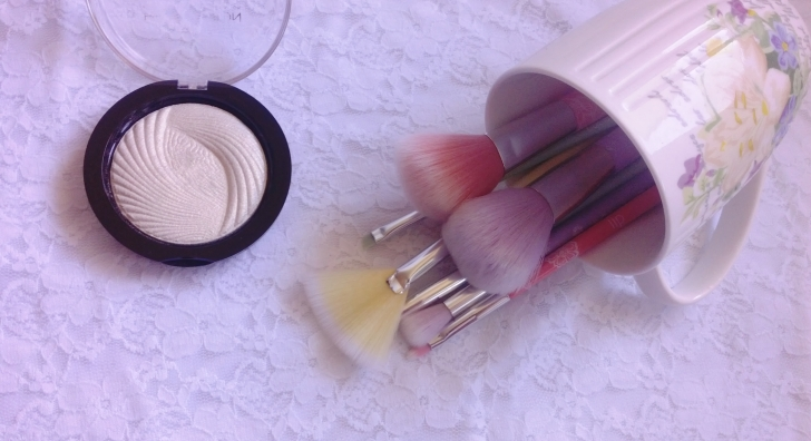 essence-makeup0-brushes-heder